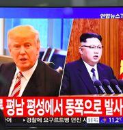 Sydkoreaner tittar på nyheter om USA:s och Nordkoreas ledare Trump och Kim. Arkivbild. JUNG YEON-JE / AFP