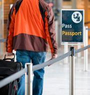 Passkontroll på en flygplats i Oslo  TT NYHETSBYRÅN