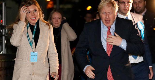 Carrie Symonds, flickvän, och Boris Johnson efter segern. Kirsty Wigglesworth / TT NYHETSBYRÅN