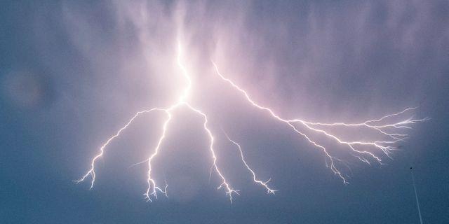 En blixt sprider sig på himlen i Malmö tidigare i sommar. Johan Nilsson/TT / TT NYHETSBYRÅN