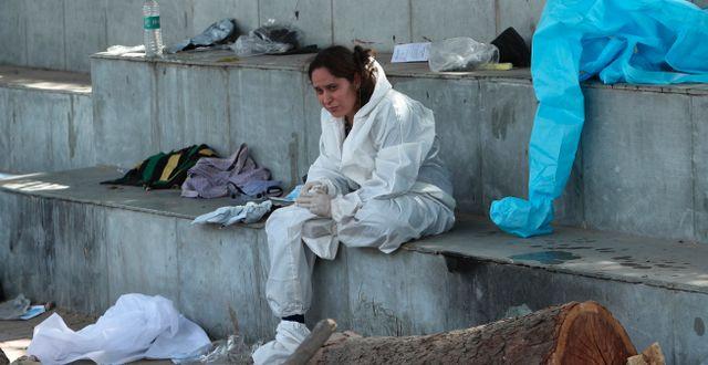 En kvinna sörjer en anhörig som dött i covid-19. Channi Anand / TT NYHETSBYRÅN