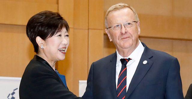John Coates tillsammans med Tokyos borgmästare Yuriko Koike Shinji Kita / TT NYHETSBYRÅN