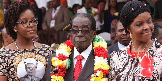 Robert Mugabe med sin dotter, tv, och fru Grace Mugabe, th, 28 februari 2015. Tsvangirayi Mukwazhi / TT NYHETSBYRÅN