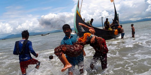 Rohingya flyr över gränsen till Bangladesh. DANISH SIDDIQUI / TT NYHETSBYRÅN