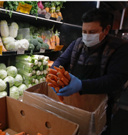 Sebastian Kurz / Man med munskydd i matbutik TT