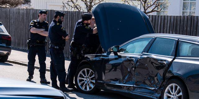 Polisen undersöker den prejade bilen på Notariegatan på Limhamn på måndagseftermiddagen. Johan Nilsson/TT / TT NYHETSBYRÅN
