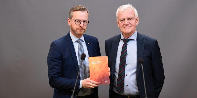 Inrikesminister Mikael Damberg (S) tar emot Skogsbrandsutredningens betänkande av utredaren Jan-Åke Björklund under en pressträff i Rosenbad i Stockholm Naina Helen Jåma/TT / TT NYHETSBYRÅN