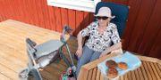 Äldre kvinna fikar i skuggan. Kallestad, Gorm / TT NYHETSBYRÅN