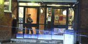 Poliser på plats på gymnasieskolan i Enskede. Claudio Bresciani/TT / TT NYHETSBYRÅN
