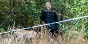 Polis söker på söndagen med hund i området kring den plats utanför Markaryd. Johan Nilsson/TT / TT NYHETSBYRÅN