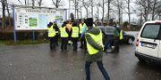 Frivilliga från Missing people söker efter den försvunne 6-åringen vid brofästet till Ölandsbron i Färjestaden på Öland tidigare under fredagen.  Suvad Mrkonjic/TT / TT NYHETSBYRÅN