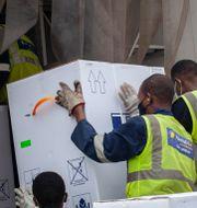 Vaccin anländer till Kigali i Rwanda.  Muhizi Olivier / TT NYHETSBYRÅN
