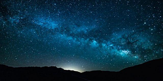 Great Basin Star Train går raka spåret till en stjärnklar natthimmel. Istock