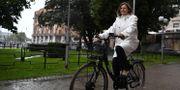 Klimat- och vice statsminister Isabella Lövin (MP) är ute och cyklar, på en elcykel vid Rosenbad Erik Simander / TT / TT NYHETSBYRÅN