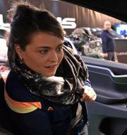 Kvinna kollar in en Tesla på bilmässa i Tyskland. Arkivbild. Martin Meissner / TT NYHETSBYRÅN