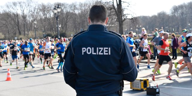 Polis bevakar halvmaratonloppet som avgjordes i Berlin under söndagen. Paul Zinken / TT / NTB Scanpix