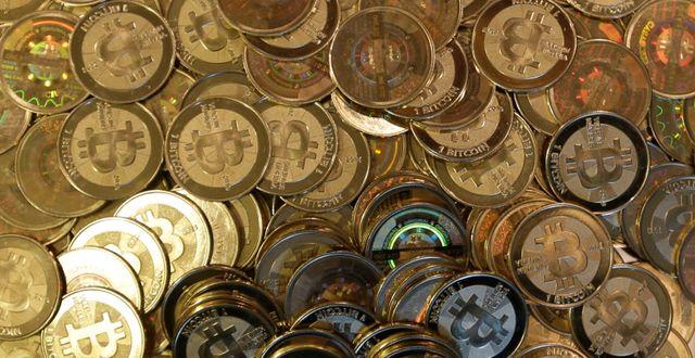 """""""Fysiska glittrande mynt skapar intrycket att bitcoin är något värdefullt"""", skriver debattörerna. Rick Bowmer / TT NYHETSBYRÅN"""