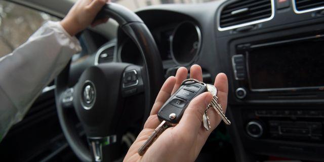 En kvinna startar en bil med en bilnyckel. Illustrationsbild från 2013.  FREDRIK SANDBERG / TT / TT NYHETSBYRÅN