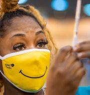 En sjukvårdare förbereder en spruta med covid-19 vaccin i New Orleans.  Chris Granger / TT NYHETSBYRÅN