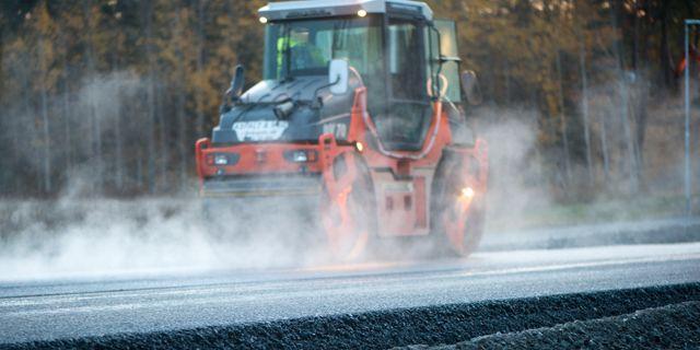 Väg- och anläggningsarbetare arbetar på en ny väg. En vägvält plattar till asfalten. FREDRIK SANDBERG / TT / TT NYHETSBYRÅN