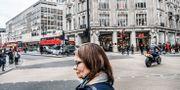En kvinna utanför H&M:s butik på Oxford Street i London.  Tomas Oneborg/SvD/TT / TT NYHETSBYRÅN