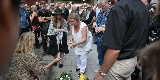 Katarina Söderberg lägger blommor på den plats där Eric Torell blev ihjälskjuten Stina Stjernkvist/TT / TT NYHETSBYRÅN