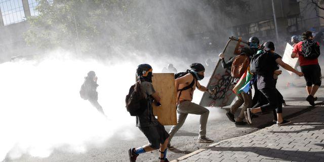 Protester i Santiago, Chile.  ANDRES MARTINEZ CASARES / TT NYHETSBYRÅN