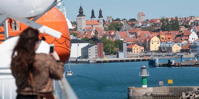 En kvinna fotograferar Visby från färjan i juni. Fredrik Sandberg/TT / TT NYHETSBYRÅN