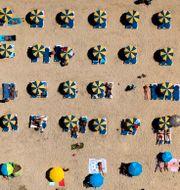 Fysisk distansering på stränderna på Gran Canaria den 19 augusti. Emilio Morenatti / TT NYHETSBYRÅN