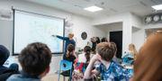 Lärare och elever i ett klassrum.  Alexander Olivera/TT / TT NYHETSBYRÅN