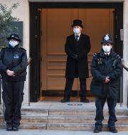 Vakter och poliser vid entrén till King Edward VII Hospital i London. Alberto Pezzali / TT NYHETSBYRÅN