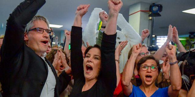 Sven Giegold och De Grönas partiledare Annalena Baerbock firar valsegern efter valet till Europaparlamentet.  TOBIAS SCHWARZ / AFP