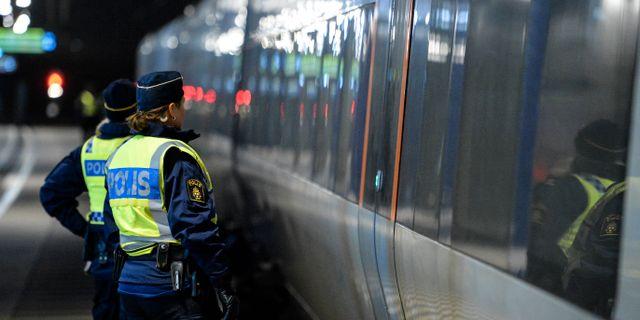 Polis utanför ett Öresundståg som stannat vid Hyllie station utanför Malmö för gränskontroll. Arkivbild. Johan Nilsson / TT / TT NYHETSBYRÅN