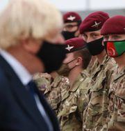 Boris Johnson träffar militärer som arbetade med evakueringarna från Kabul. Dan Kitwood / TT NYHETSBYRÅN