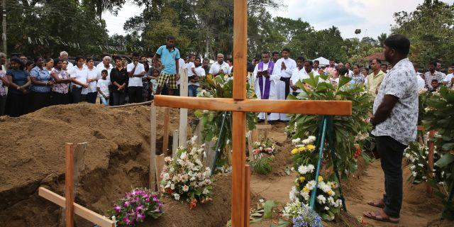 En präst håller i en begravning i Negombo i Sri Lanka efter attackerna. Manish Swarup / TT NYHETSBYRÅN/ NTB Scanpix