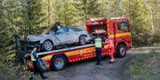 Bilen bogseras bort. Mats Andersson / TT / TT NYHETSBYRÅN
