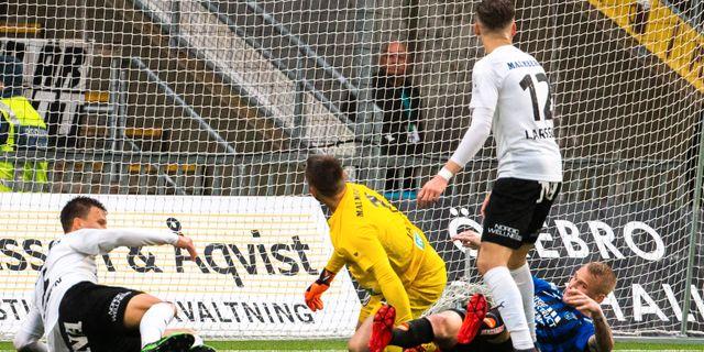 Adam Ståhl fick in bollen på något vis. JOHAN BERNSTRÖM / BILDBYRÅN