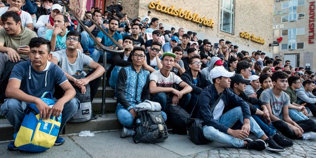 Afghanska ungdomar har flyttat sin demonstration från Mynttorget i Stockholm till Medborgarplatsen.  Christine Olsson/TT / TT NYHETSBYRÅN