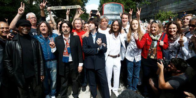 Människor har samlats vid Abbey Road, 50 år sedan den ikoniska bilden togs. HENRY NICHOLLS / TT NYHETSBYRÅN