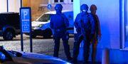Polis med förstärkningsvapen på plats efter att flera personer har hittats skottskadade vid Ehrenbuschsgatan i centrala Trelleborg på torsdagskvällen. Johan Nilsson/TT / TT NYHETSBYRÅN