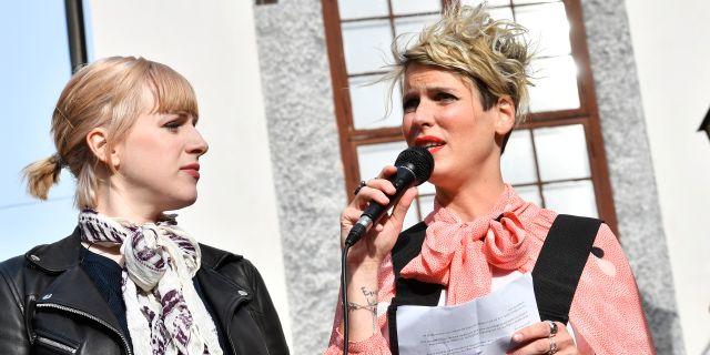 Kriminologen Nina Rung, en av arrangörerna till manifestationen talar i samband med Knytblusmanifestationen.  Jonas Ekströmer/TT / TT NYHETSBYRÅN