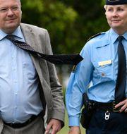 Landskrona kommunstyrelseordförande Torkild Strandberg och lokalpolischef Anneli Manneli på ett besök i Karlslund i staden – ett område som klassas som särskilt utsatt. Johan Nilsson/TT / TT NYHETSBYRÅN
