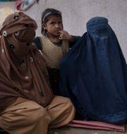 Kvinnor med sina barn i Kunduz. Felipe Dana / TT NYHETSBYRÅN