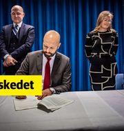 Svenskt Näringslivs vice vd Mattias Dahl undertecknar det nya LAS-avtalet. Jenny Frejing