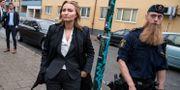 Kristdemokraternas partiledare Ebba Busch Thor och polisen Petter Nilsson på Seved i Malmö på torsdagen. Johan Nilsson/TT / TT NYHETSBYRÅN