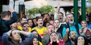 Fans tittar på Sveriges match mot Tyskland.  Jessica Gow/TT / TT NYHETSBYRÅN