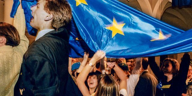 Anhängare till Ja-sidan jublar och viftar med EU-flaggan efter folkomröstningen 1994.  Ola Torkelsson / TT / / TT NYHETSBYRÅN