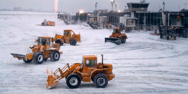 Snöplogar rensar bort snö på flygplatsen LaGuardia i New York.  Julie Jacobson / TT NYHETSBYRÅN