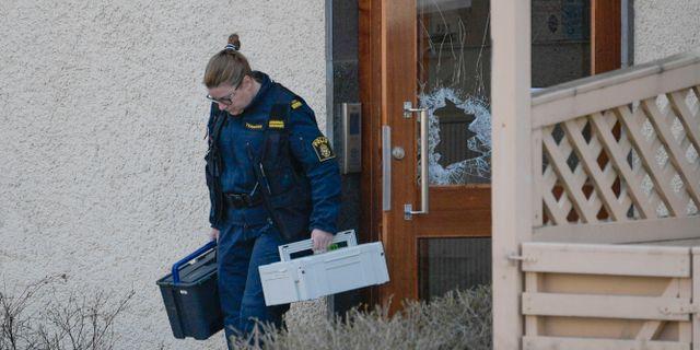 En polis som har undersökt brottsplatsen. Janerik Henriksson/TT / TT NYHETSBYRÅN
