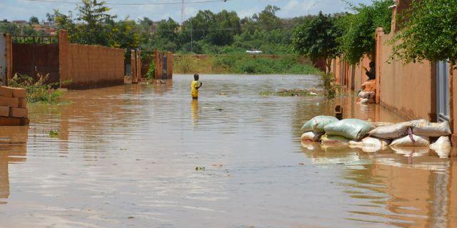 Översvämmade gator i Nigers huvudstad Niamey. BOUREIMA HAMA / AFP